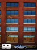 Edificio, coche y campista Imagen de archivo libre de regalías