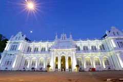 Edificio colonial en la noche fotografía de archivo
