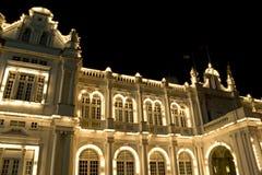 Edificio colonial en la noche Fotos de archivo libres de regalías