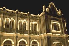 Edificio colonial en la noche Imagenes de archivo