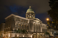 Edificio colonial inglés del estilo en la noche Singapur Imagen de archivo