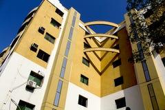 Edificio coloreado amarillo y blanco hermoso fotos de archivo