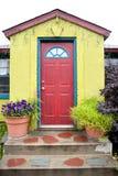 Edificio colorido con la puerta roja Foto de archivo