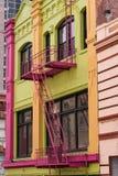Edificio colorido de Chinatown, salidas de incendios Imagenes de archivo