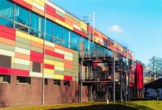 Edificio colorido moderno de la pared de ladrillo imagen de archivo