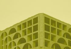 Edificio común arquitectónico de la foto en tono amarillo imagen de archivo