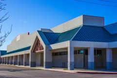 Edificio comercial cerrado con subido encima de las entradas Fotos de archivo