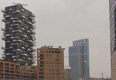 Edificio complejo de Bosco Verticale, y el Palazzo Lombardia Fotos de archivo libres de regalías