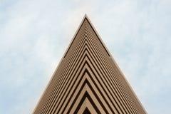 Edificio con el cielo azul fotos de archivo
