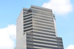 Edificio con el cielo azul Imagenes de archivo