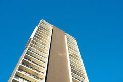 Edificio con el cielo azul Imagen de archivo