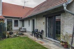 Edificio con el jardín en el pueblo de Ratiskovice fotografía de archivo libre de regalías