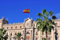 Edificio con la bandera española Imagen de archivo