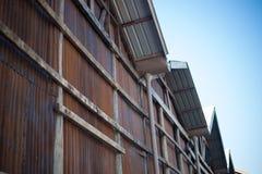 Edificio con la demostración oxidada del fondo del papel pintado cómo es viejo de la hoja de pared Imagenes de archivo