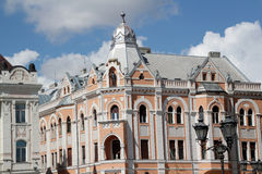 Edificio con la estatua Novi Sad del caballero Imagen de archivo