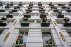 Edificio con la flor Fotos de archivo