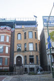 Edificio con la muestra de Eamus Catuli de los Chicago Cubs a través de Wrigley Fotos de archivo libres de regalías