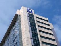 Edificio con la muestra grande de H para el hospital Fotos de archivo