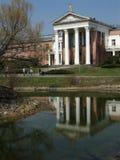 Edificio con la reflexión Fotografía de archivo libre de regalías