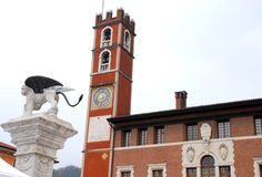 Edificio con la torre y el león con alas en Marostica en Vicenza en Véneto (Italia) imagen de archivo libre de regalías