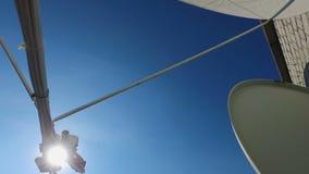 Edificio con las antenas parabólicas atadas para recibir la TV o la señal de radio almacen de metraje de vídeo