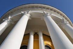 Edificio con las columnas, visión de debajo foto de archivo libre de regalías