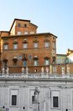 Edificio con las estatuas en Vaticano Fotografía de archivo libre de regalías