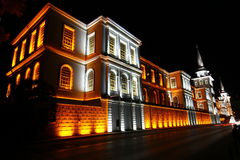 Edificio con las luces en noche Imagen de archivo libre de regalías