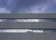 Edificio con las ventanas de cristal para el negocio Fotografía de archivo