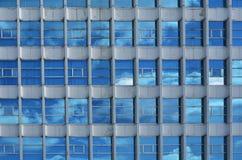 Edificio con las ventanas multi Imagen de archivo libre de regalías