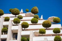 Edificio con los árboles Foto de archivo libre de regalías