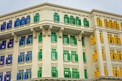 Edificio con los obturadores coloridos en Singapur Fotografía de archivo