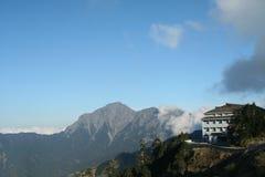 Edificio con Mountain View imagenes de archivo
