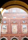 Edificio con muchas ventanas Foto de archivo
