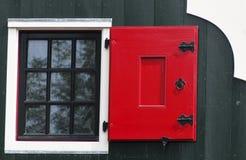 Edificio con un obturador rojo de la ventana fotografía de archivo libre de regalías