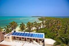 Edificio con un panel solar en el Isla Contoy, México Imágenes de archivo libres de regalías