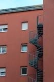 Edificio con una escalera espiral. Imágenes de archivo libres de regalías