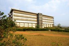Edificio concreto y camino rojo Imagen de archivo