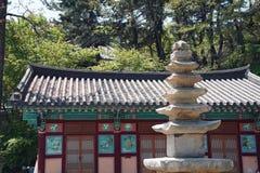 Edificio coreano del templo con una pagoda de piedra fotos de archivo