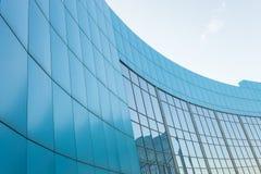 Edificio corporativo en el fondo del cielo azul, con Imagen de archivo