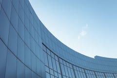Edificio corporativo en el fondo del cielo azul con el lugar para el texto Imágenes de archivo libres de regalías