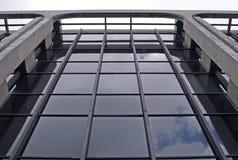 Edificio corporativo en la ciudad imágenes de archivo libres de regalías