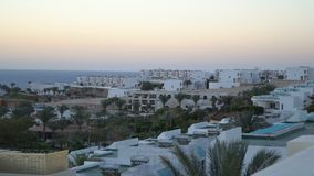 Edificio costero blanco y azul de la arquitectura mediterránea metrajes