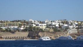 Edificio costero blanco y azul de la arquitectura mediterránea almacen de video