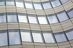 Edificio curvado contemporáneo abstracto Fotos de archivo libres de regalías