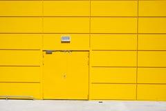 Edificio de almacenamiento amarillo de la puerta Fotografía de archivo libre de regalías