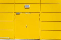 Edificio de almacenamiento amarillo de la puerta Imágenes de archivo libres de regalías