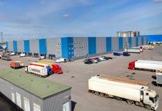 Edificio de almacenamiento de la instalación de logística, embarcaderos Imagen de archivo libre de regalías
