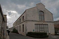 Edificio de almacenamiento marítimo viejo Imagenes de archivo
