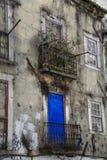 Edificio de apartamentos abandonado en Lisboa Imagenes de archivo